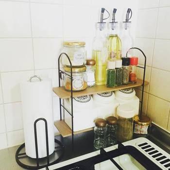 キッチンペーパー用のスタンドや収納スタンドを利用して、うまくスペースを活用しています。市販の調味料のラベルを外したりケースもオリジナルで統一すれば生活感を抑えてお洒落に見せることができます。