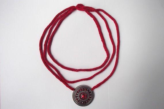 collana color rosso con decoro tipo pietre e argento