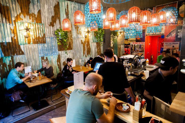 Teszteltük az egyik legújabb, hamar népszerűvé vált éttermet, ami olyan, mintha nem is Budapesten lenne. Huszár Krisztián talpalatnyi új éttermében a vietnami gulyás a húzóétel, de minden mást is érdemes megkóstolni.