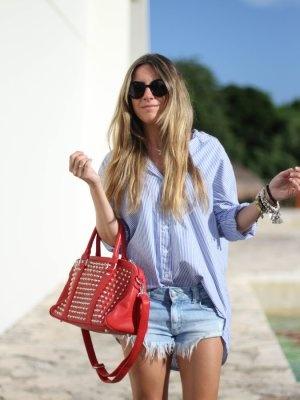 monicasors Outfit  denim Boyfriend shirt Studs  Verano 2012. Combinar Camisa-Blusa Azul cielo Queen's Wardrobe, Bolso Rojo Valentino pull