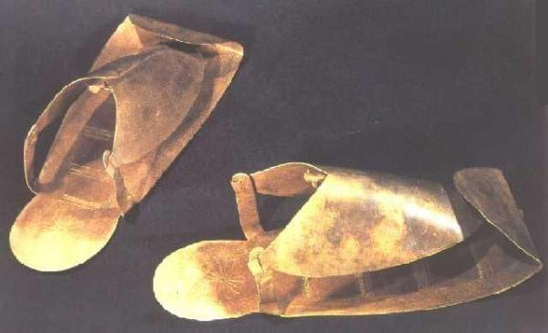 Sandalias de oro de Psusennes I (-1036 - 939) Diseño inspirado en modelos predinásticos. Largo 23,5 cm. Museo Egipcio del Cairo. Tomado de: Stierlin, Henri: The Gold of the Pharaohs, Terrail