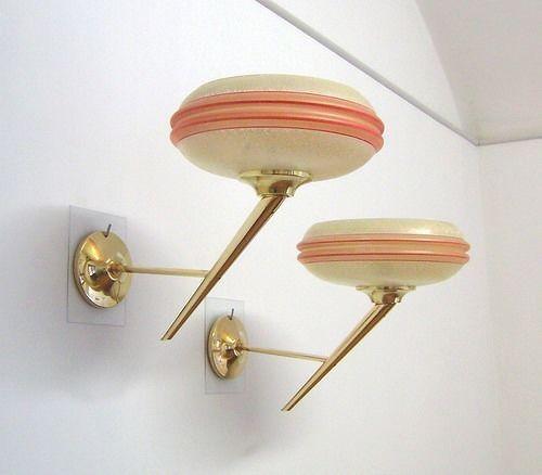 Coppia di Appliques attribuibili a STILNOVO Design , anni 50 , in ottone con paralumi in vetro bombato color rosa , con porta lampadina in ottone con ghiera in porcellana , perfettamente funzionanti , condizione come da foto.