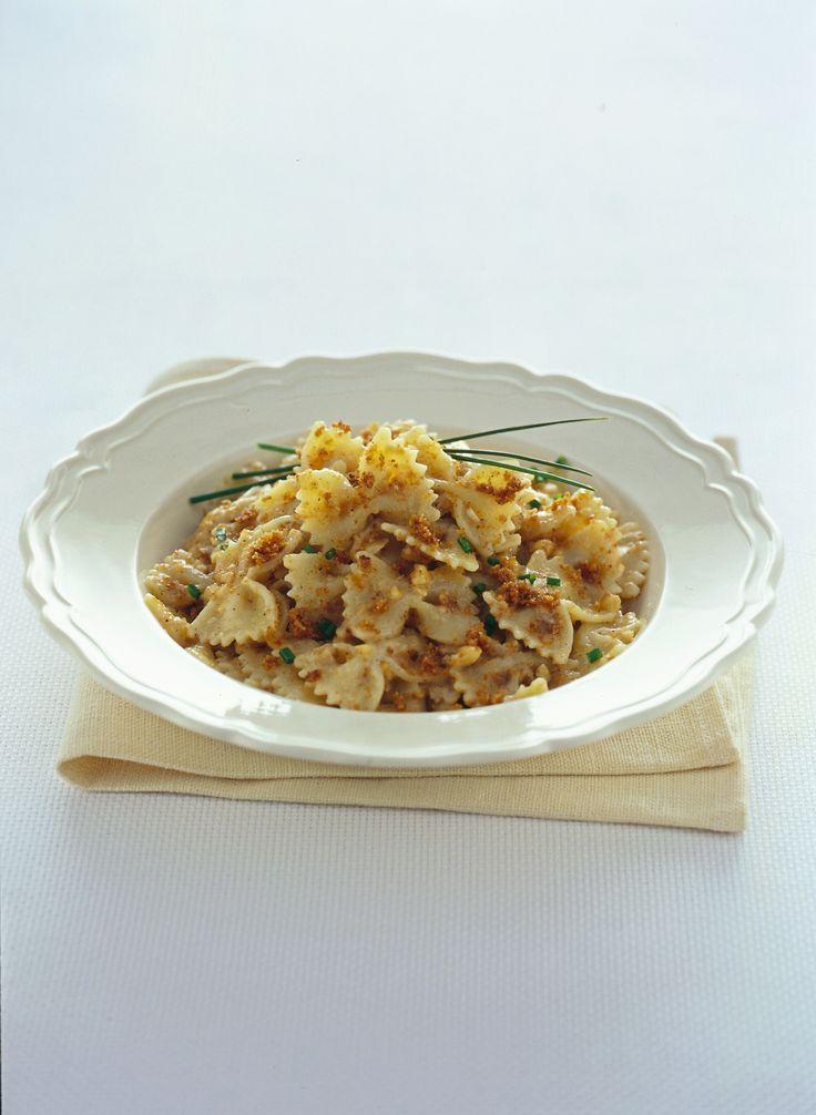 Porta una ventata di novità in tavola! Segui i pochi e semplici passaggi della ricetta di Sale&Pepe e prepara delle originali farfalle alle nocciole e cannella.