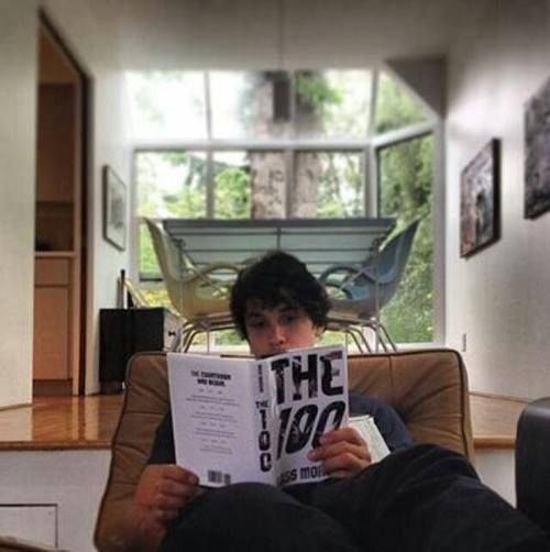 Bob Morley reading the 100 book while staring in the tv series