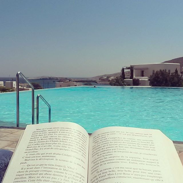 Reading your favourite book by the pool. Divine! #AnemiHotel #Folegandros  Photo by: @adclatelierdacote