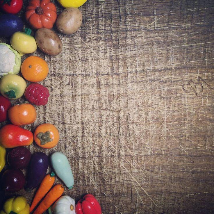 Наши мини-овощи сделаны для детей, но играть с ними чертовски приятно даже взрослым. Например, игра в фотографа :-))) Кстати, кто уже заметил новинку в нашем ассортименте? На фото - спойлер!!! #минигрядка #ремесло937 #овощноеассорти #дерево #овощи_из_пг #овощиизполимернойглины #сервировка #россия #москва #настроение #instamood #instagood #цветцвет #красота #инстаграм #инстамама #инстадети #фотоовощ #мамалучшая #momof3 #играем #развитиедетей #зож #вегетарианец #фермерскиеовощи #сенсорик...