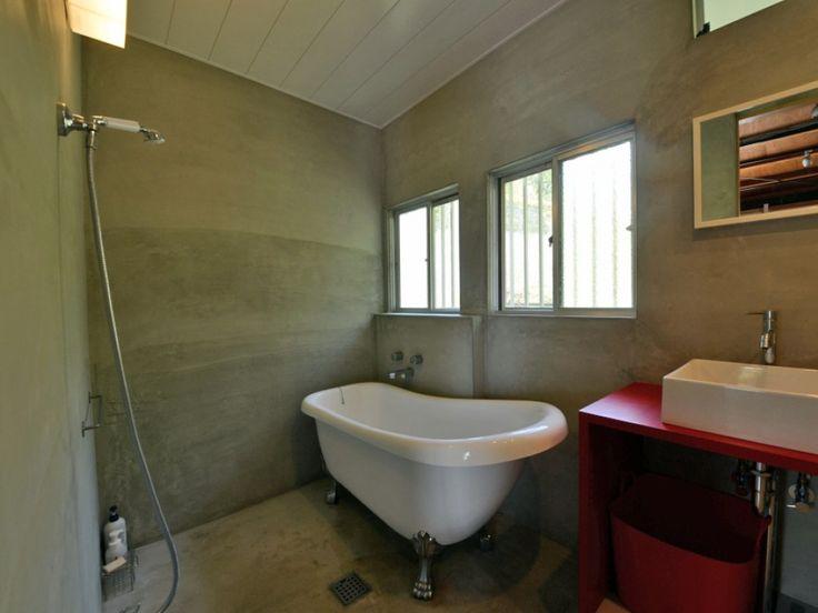 hyfactoryさんの浴室の全体の様子『猫足バスタブとモルタル床』(8082-2)