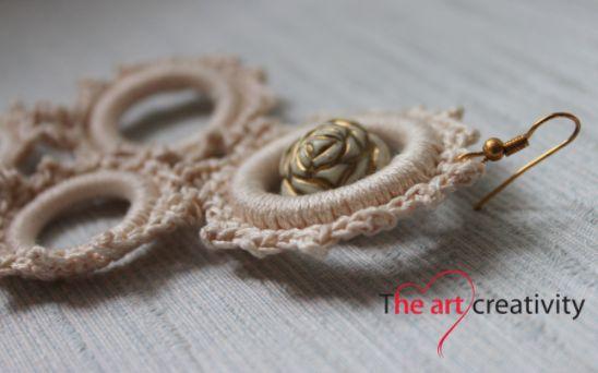 Orecchini a cerchi fatti a uncinetto con una ferla raffigurante una rosa dii colore beige e oro. #orecchini #oro #rosa #flower #handmade #uncinetto #cerchi #beige