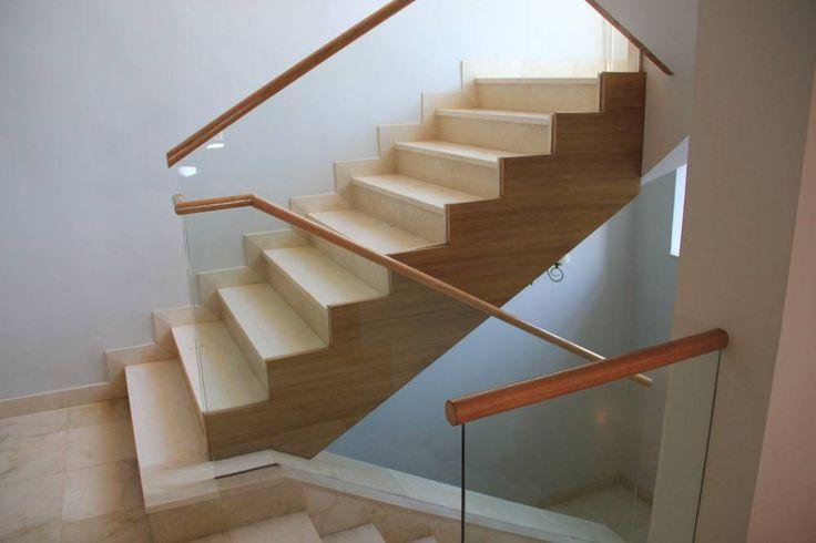 Escalera recta formada por dos tramos en direcciones opuestas