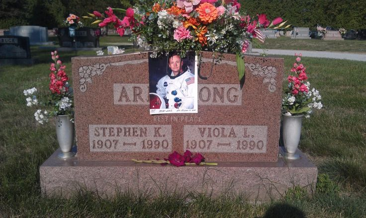 Neil Armstrong memorial photo placed upon marker of mother ...