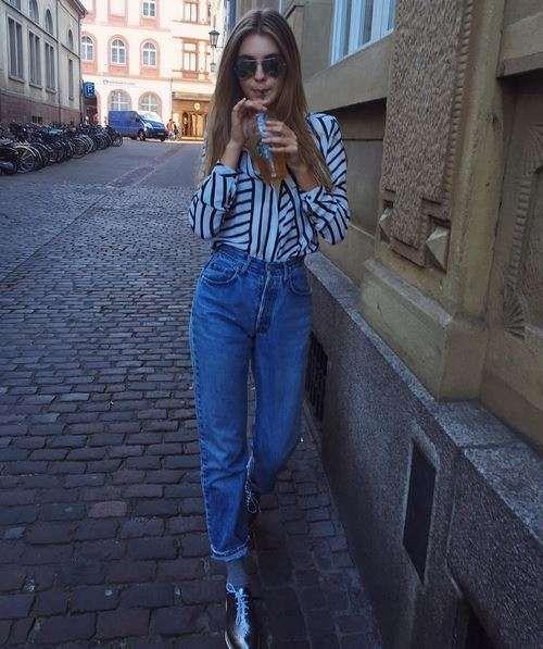 Lässiger geht es kaum: In einer hoch geschnittenen Mom-Jeans kann Stefanie Giesinger ihren Catwalk geübten Gang besonder cool unter Beweis stellen. Die hochgekrempelten Hosenbeine sind außerdem ideal, um ihre Metallic-Schuhe in vollem Glanz zu präsentieren.