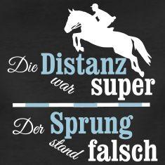 Lustiger Springreiter Spruch *Die Distanz war super. Der Sprung stand falsch* mit einem wunderschönen springenden Pferde Motiv. Mach dir ein lustiges Reiter Shirt oder was immer du gerne willst.