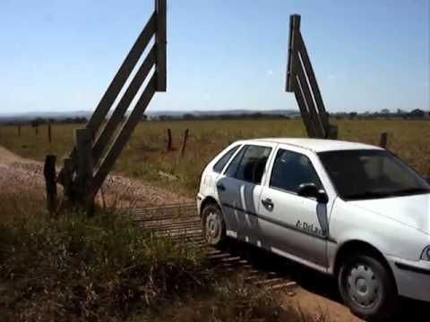 Brazilian Farmers Rig a Clever Cattle Gate That Opens Automatically Without Electricity