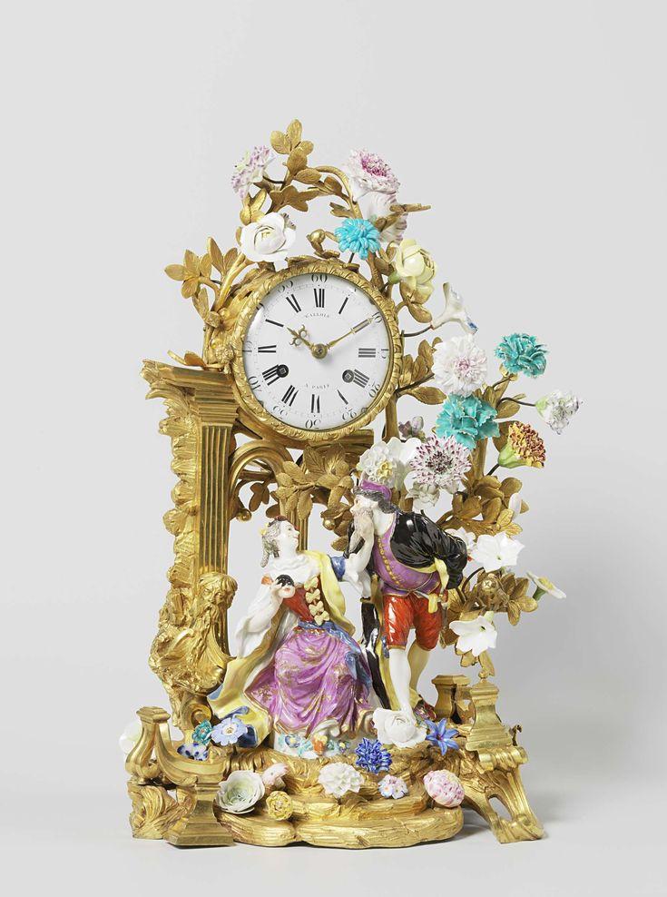 Anonymous   Mantel clock (pendule), Anonymous, François Gallois, Meissener Porzellan Manufaktur, c. 1750 - c. 1755   Klok met een groep van beschilderd porselein. De groep is geplaatst op een rococo voetstuk, waarop een ruïne bekroond door een ronde klok en een boom met takken, bloemen en bladeren. Dit alles van verguld brons. De groep staat op een onregelmatig ovaal grondvlak, begroeid met bladeren en bloemen. Een vrouw (Colombine) zit op een heuvel met een masker in haar rechterhand. Met…