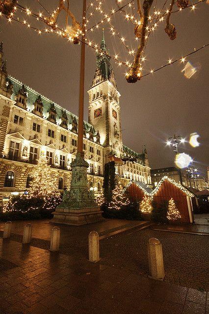 Christmas in Hamburg, Germanyn | #cityhall #hamburg #townhall #christmas #place #photography < repinned by www.BlickeDeeler.de