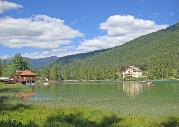 Blick auf den Toblacher See, das Hotel und der Bootsverleich http://vakantio.de/niederw/pragser-wildsee-sudtirol