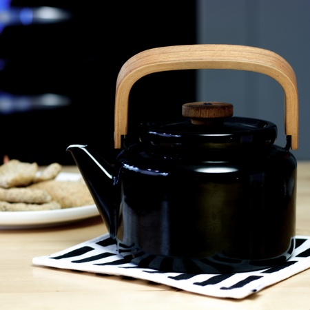 Finnish design: Arabia's beautiful vintage teapot. Design Heikki Orvolka