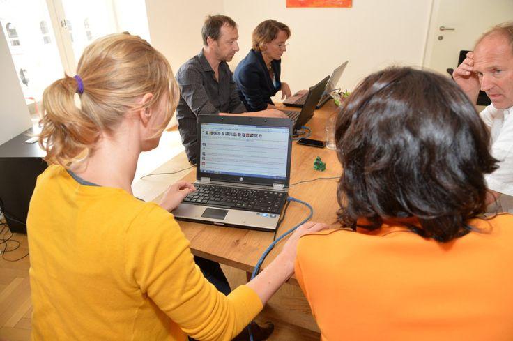 2.9.2013: Eva Glawischnig (Die Grünen) mit Redakteurin E. Peternel im Wahlchat