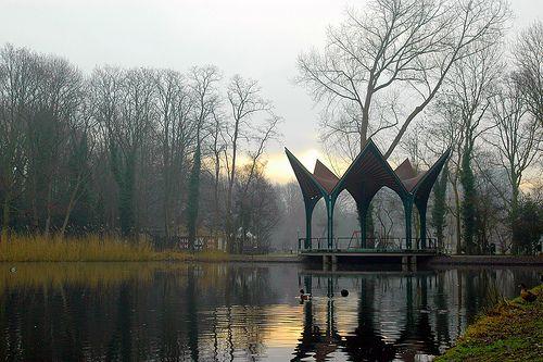 Muziektent de Waterlelie in de Leidsehout. Ontworpen door Anneke Janson