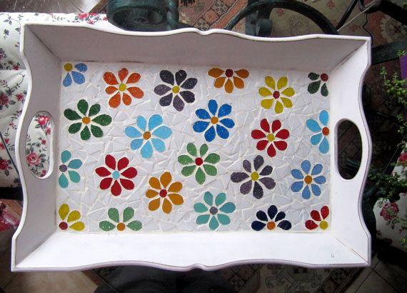 Linda bandeja rústica con mosaico floral en fondo blanco.
