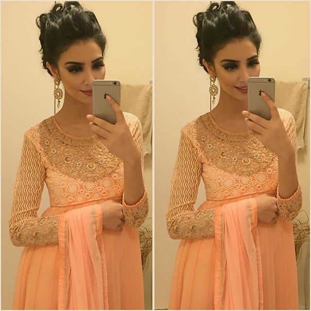 Yesterday at the Pakistan Fashion Week! Dress by my lovely sis @fashion_hub18 & hair by my gorgeous hairstylist @hairbyrukhsar I met some really amazing people! Thank you so much for coming up to me, taking selfies & hugging me! You guys honestly make me so happy! I can't wait to meet more of you at my LIVE Makeup Masterclass which is coming up next In'Sha'Allah love you all so much