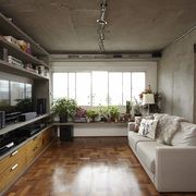 sala de estar com piso de taco