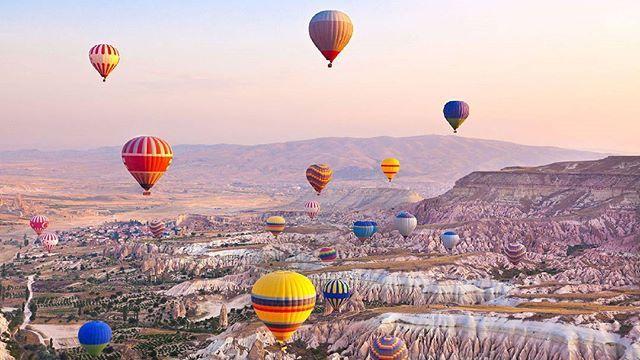 Menikmati panorama alam di atas balon udara di Cappadocia Turki mungkin dapat menjadi salah satu wish list untuk liburan Anda kali ini. Tidak hanya menawan kota bawah tanah Cappadocia juga merupakan salah satu jajaran UNESCO World Heritage Site. Simak ulasan lengkap mengenai Cappadocia dan 6 destinasi lainnya dalam Travel di edisi April kami. #marieclaireindonesia #marieclairelifestyle #travel #instatravel #cappadociaballoon #turki #holiday #aprilissue2017  via MARIE CLAIRE INDONESIA…