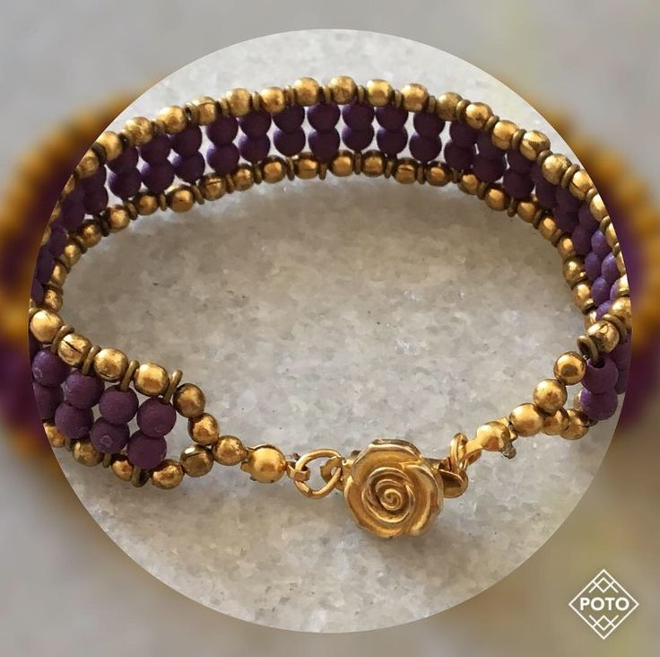 Estilo de Vida com Consuelo Blocker: muitas pulseiras e braceletes! A moda de empilhar braceletes e pulseiras, sejam joias ou bijoux, continua forte. Ao meu ver, é uma personalização do look, e funciona melhor, obviamente, no verão.
