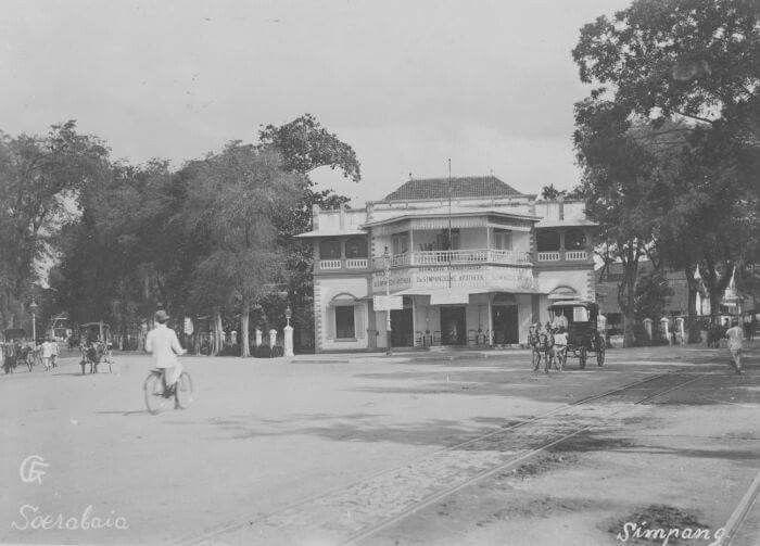 Apotik Simpang di Surabaya, 1910  Foto: G. F. Fotograaf