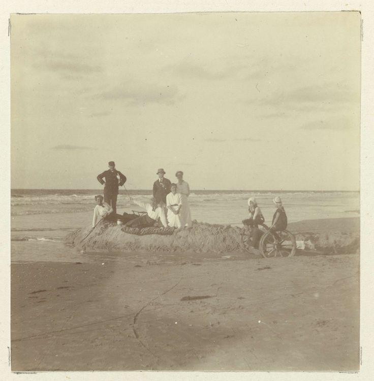 Aan het strand op Schiermonnikoog, jonkheer Hendrik T. Teding van Berkhout, 1912 - 1913