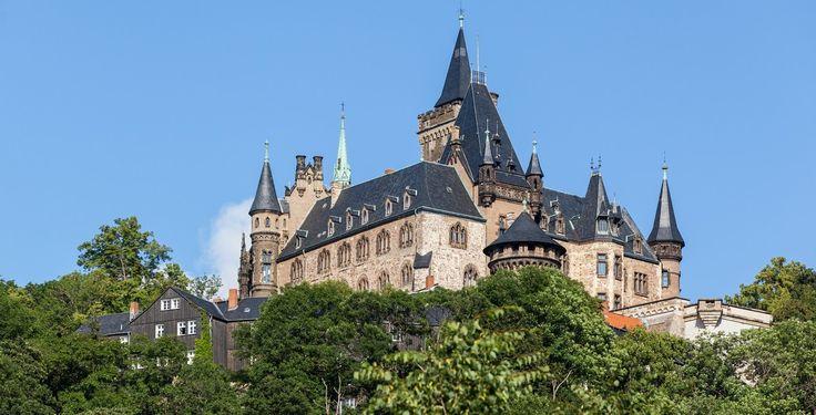 Wernigerode (Sachsen-Anhalt): Wernigerode ist eine Stadt im Landkreis Harz (Sachsen-Anhalt). Nach Hermann Löns wird Wernigerode, wie beispielsweise im offiziellen Stadtmotto, auch als Die bunte Stadt am Harz bezeichnet.