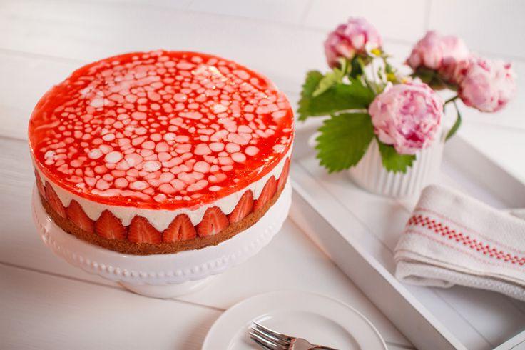 Sommerliche Erdbeer-Torte -  Eine fruchtige Torte mit Joghurt und Guss