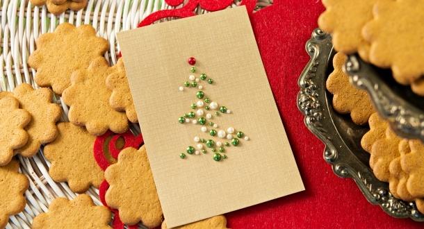 Joulupuu on rakennettu helmistä