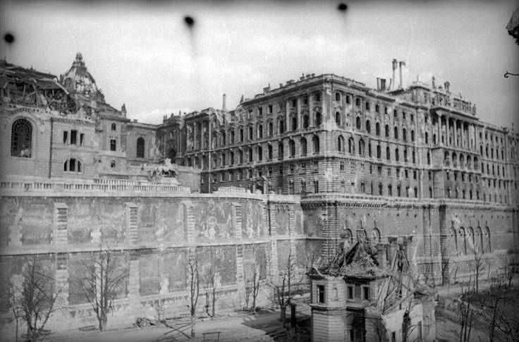 A királyi palota romos krisztinavárosi szárnya, balról a lovarda, az előtérben jobbra a művezetői villa. 1945 körül. Московский дом фотографии, Moszkva.