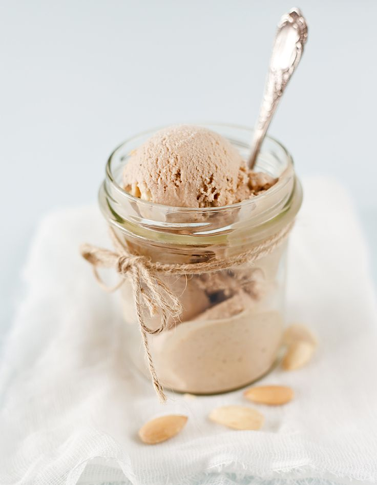 Recette Glace au Carambar Thermomix : Préparez la crème anglaise en mettant dans le bol les jaunes d'œufs, le sucre, le lait et les Carambar en morceaux, f...