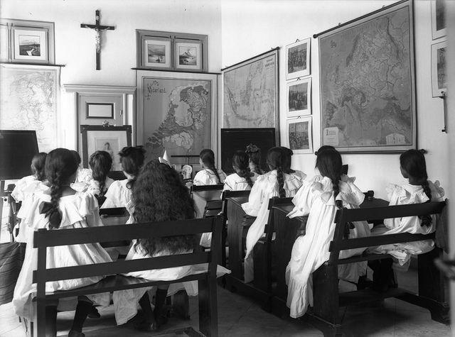 Dutch geography lesson for Eurasian (Indische) scholars at a Dutch school in the Dutch colony: Dutch East Indies (Indonesia) before independence. Nederlandse aardrijkskundeles voor Indische scholieren.