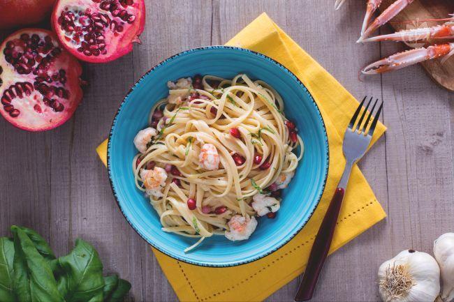 Le bavette scampi e melograno, sono un primo piatto a base di pasta con pesce e un tocco di originalità, perfetto per Natale o il cenone di Capodanno.