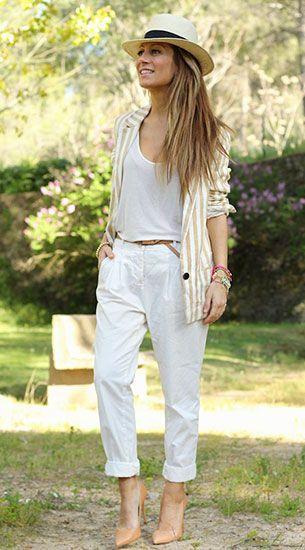เสื้อคลุมสูท ลายแนวตั้ง สีน้ำตาลอ่อนสีขาว Zara, เสื้อยืดสีขาว, กางเกงสีขาว, รองเท้า Zara