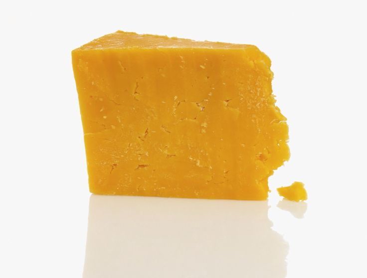 """QUESO CHEDDAR   Naturalmente no hay leche naranja. Ahora, el queso cheddar adquirió su clásico color naranja del anato desde 1800. Aun así el anato sintético procesado, el cual no está claramente determinado como """"color artificial"""" puede crear una posible alergia y pone en peligro la seguridad del consumidor. Anato también se le agrega a la mantequilla, ghee y la margarina. Solución: Quédate con el queso blanco. Todos los quesos deberían ser blancos o por lo menos casi blanco"""