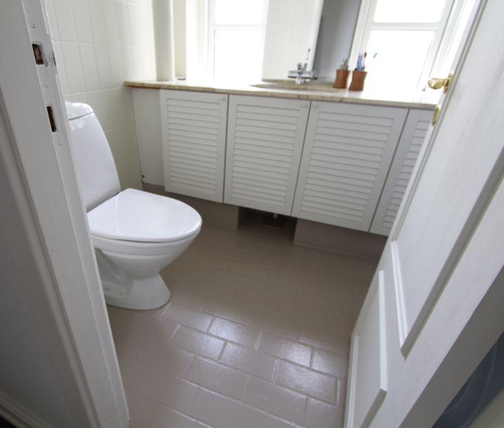 Toilet - Gulv og fliser er blevet malet.