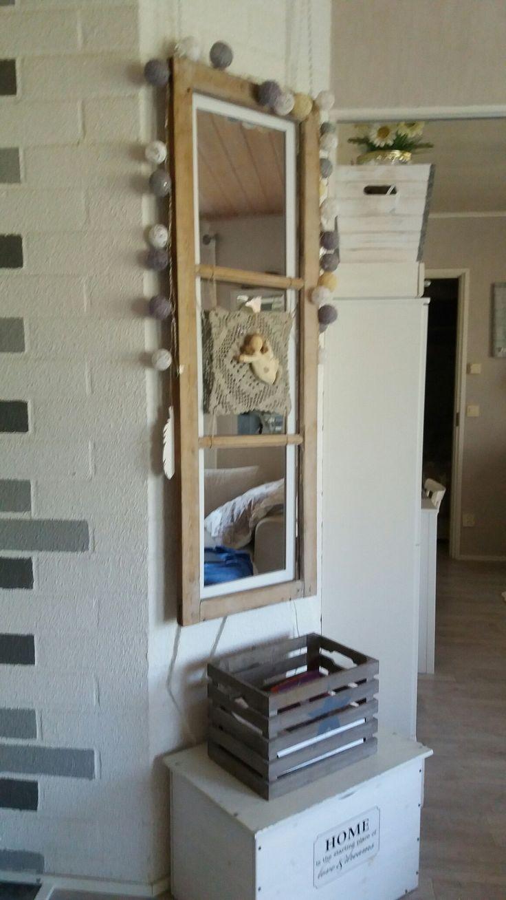 Vanha ikkunapoka  ja lanka pallo valot sekä petonipitsiliina.