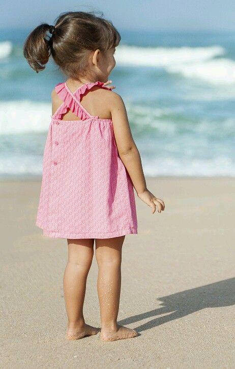 Espalda de vestido fucsia Laranjinha.  En Living Baby.