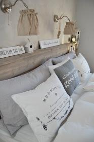 tutto l' insieme è piacevole ... la mensola dietro al letto è comoda, le lampade sono 2 poesie, i colori molto rilassanti