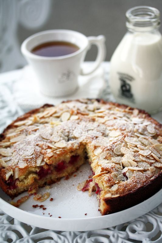 Almond and Raspberry Cake//