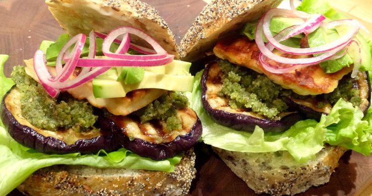 Recept: Halloumiburgare med aubergine och valnötspesto | Nöjesguiden