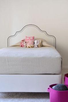 Cabeceira pintada para cama de casal.