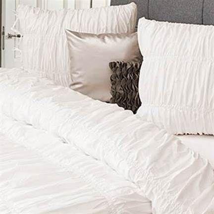 Het HNL Supreme Elyn dekbedovertrek in de kleur off-white is mooi voor de chique of romantische slaapkamer. Verkrijgbaar in diverse maten en kleuren.