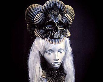 Sirena oscura corona - casco de cráneo opulento con imitación Coral - Halloween gótico tocado - reina malvada - traje de sirena única de negro y oro