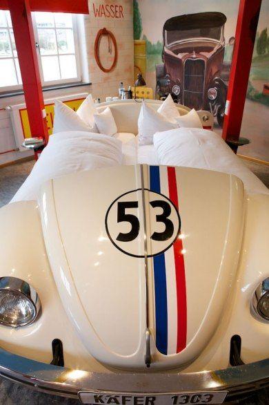 O V8 Hotel, em Stuttgart, é totalmente inspirado no universo do automobilismo. Dez quartos temáticos contam com camas que imitam o capô de carros clássicos.