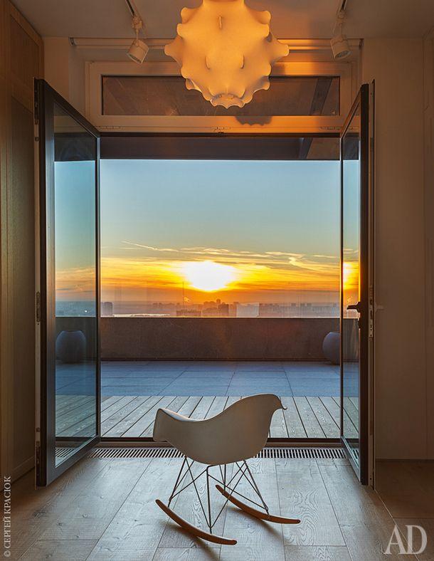 Хозяйская спальня и гардеробная выходят на открытую террасу. Кресло-качалка Eames RAR, Vitra. Потолочный светильник Taraxacum 1, Flos.